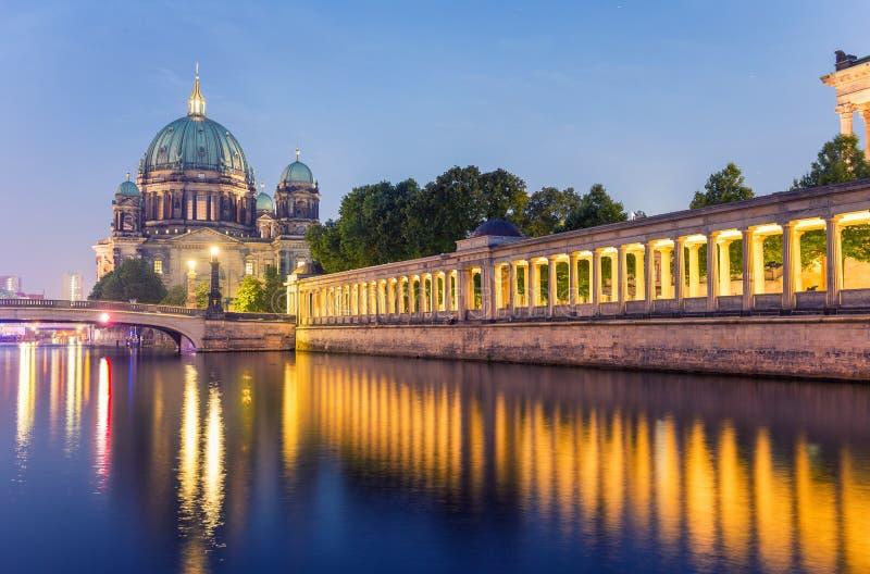 Berlin Cathedral på natten med festflodreflexioner av kolonnen royaltyfri foto