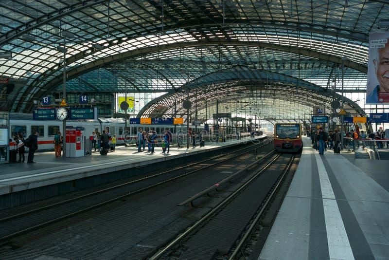Berlin Central Station. Järnväg plattform arkivfoto