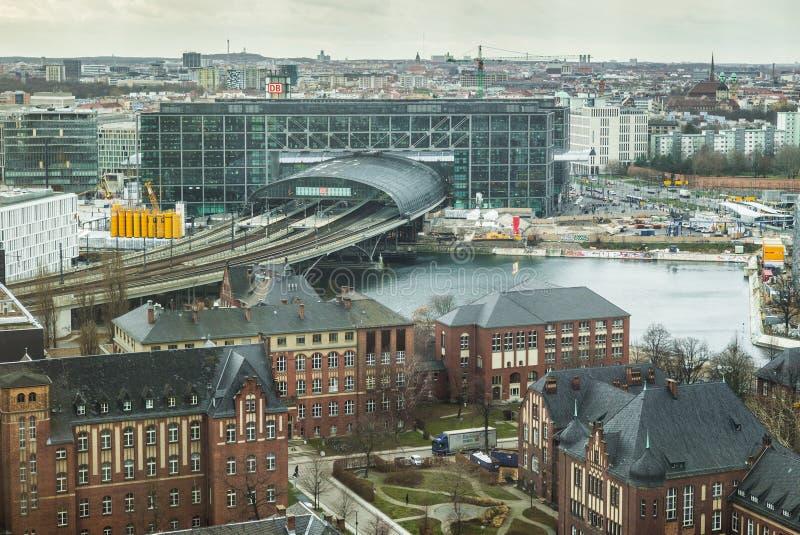 Berlin centralstation Hauptbahnhof - flyg- sikt royaltyfria foton