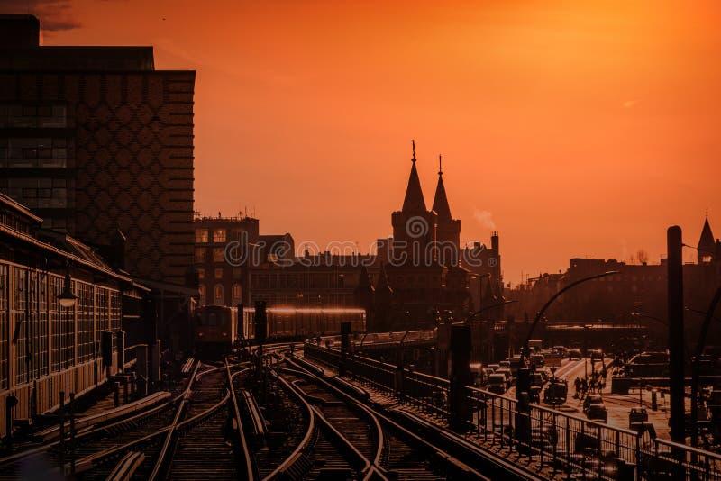 Berlin Cityscape durante o por do sol com o trem sobre a ponte de Oberbaum entre Kreuzberg e Friedrichshain imagem de stock royalty free