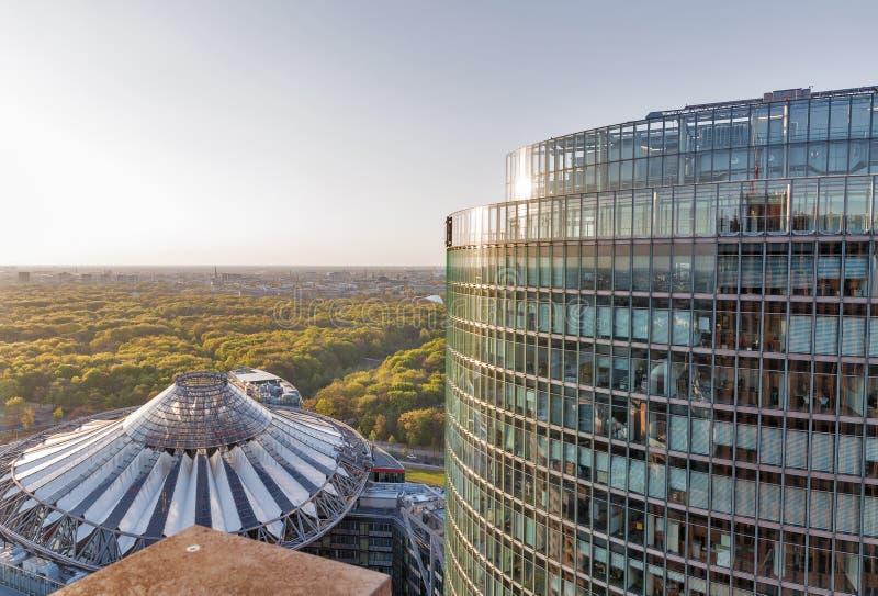 Berlin cityscape på solnedgången, Tyskland royaltyfria foton