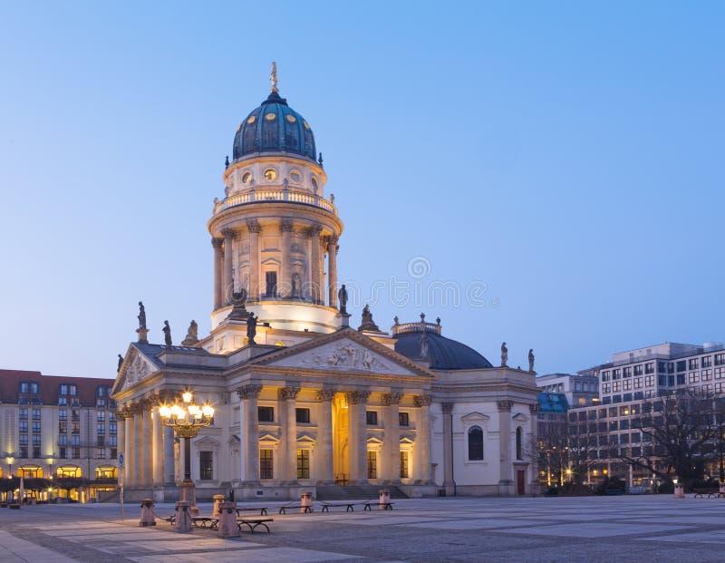 Berlin - de kyrkliga Deutscher Domna på den Gendarmenmarkt fyrkanten royaltyfria foton