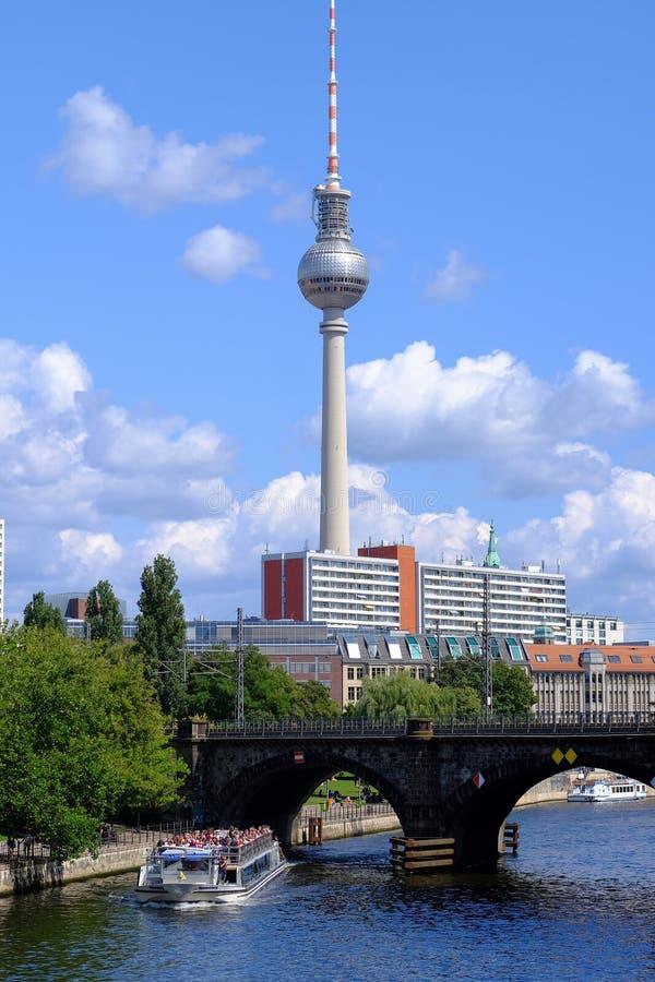 Berlin, Deutschland - 2019 08 03: Ansicht über den Gelagefluß und den Fernsehturm in Berlin, Deutschland lizenzfreie stockfotos