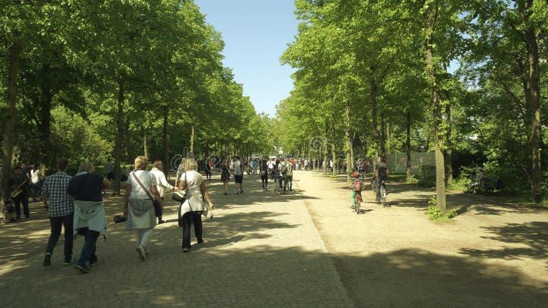 BERLIN, DEUTSCHLAND - 30. APRIL 2018 Leute gehen und fahren Fahrrad entlang dem Parkweg im Tiergarten stockfoto
