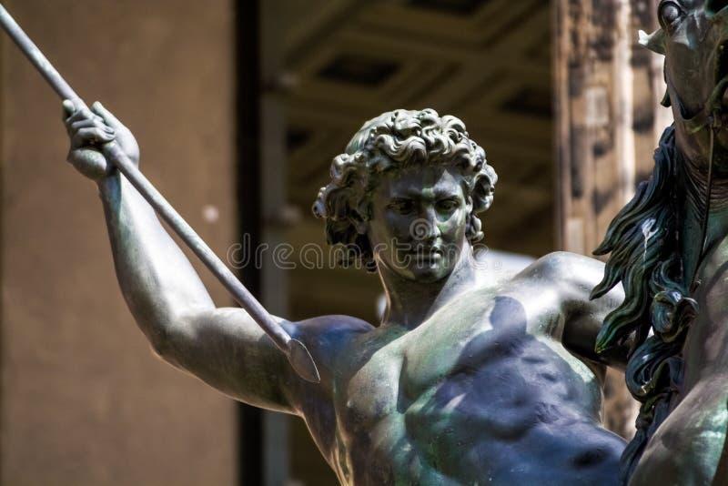 14 05 2019 Berlin, Deutschland Das alte historische Geb?ude auf Stadtstra?en Das historische Museum mit Skulpturen vom Metall auf lizenzfreie stockfotos