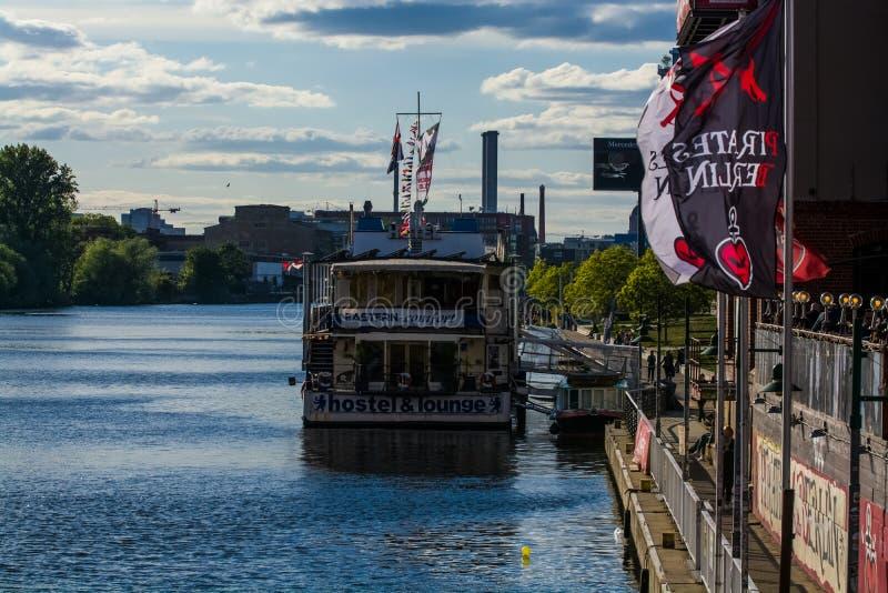 14 05 2019 Berlin, Deutschland Eine Ansicht des Flusses und der K?ste der Stadt mit seinen Geb?uden und Booten am sonnigen Tag lizenzfreie stockbilder