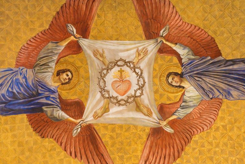 BERLIN, DEUTSCHLAND, FEBRUAR - 14, 2017: Das Fresko von anges mit Dornenkrone und Herzen von Jesus in Herz Jesus-Kirche stockfotos
