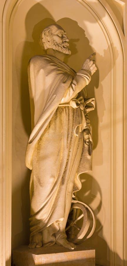 BERLIN, DEUTSCHLAND, FEBRUAR - 12, 2017: Die Statue des Prophets Ezechel mit dem Rad auf der Fassade von Kirche Deutscher Dom lizenzfreie stockfotos