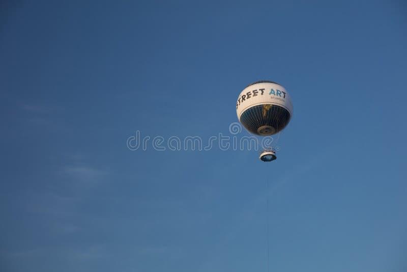 Berlin, Deutschland; Im August 2018; Borten-Ballon, der über Berlin fliegt stockfotografie