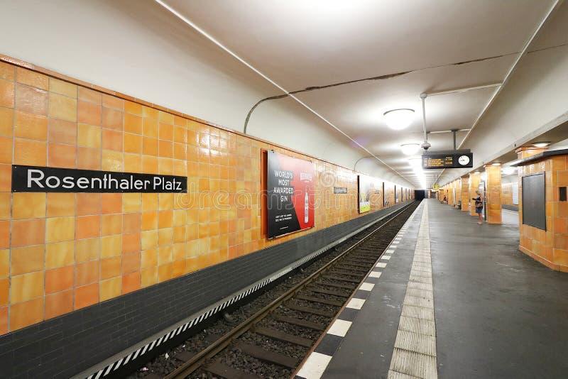 Berlin, Deutschland, am 13. Juni 2018 U-Bahnhof Rosenthaler Platz Wände bedeckt in orange keramischem lizenzfreie stockbilder
