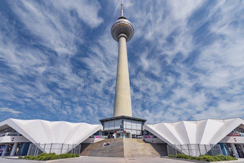 Berlin, Deutschland, am 21. Mai 2018 Ansicht von der Seite auf dem Fernsehturm mit den Außengebäuden, mit einem Hintergrund von e lizenzfreie stockfotografie