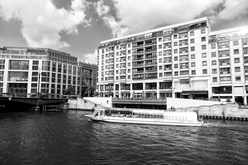 Berlin, Deutschland - 31. Mai 2017: Vergnügungsdampfer auf Gelagefluß Feiertagskreuzerschiff auf Stadtbild auf bewölktem Himmel F lizenzfreies stockfoto
