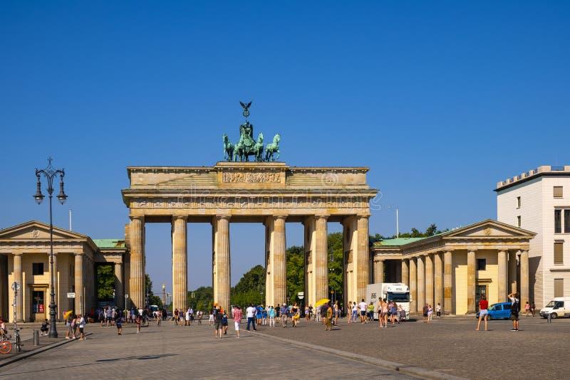Berlin, Deutschland - Panoramablick des Brandenburger Tors - Brandenburger-Felsen - an Quadrat Pariser Platz im historischen Vier stockbild