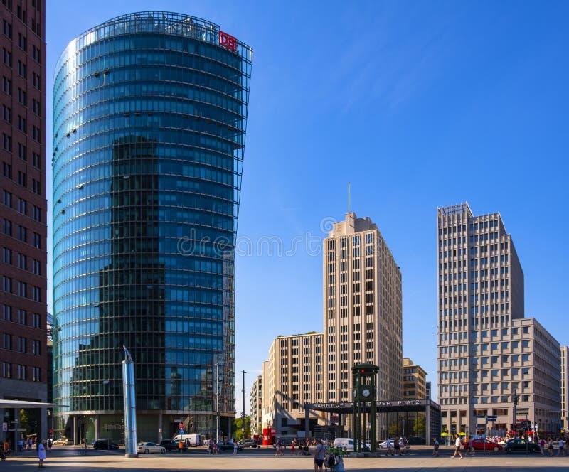 Berlin, Deutschland - Panoramablick des Quadrats Potsdamer Platz mit modernen Bürogebäuden und Eisenbahn Bahnhof Potsdamer Platz stockfoto