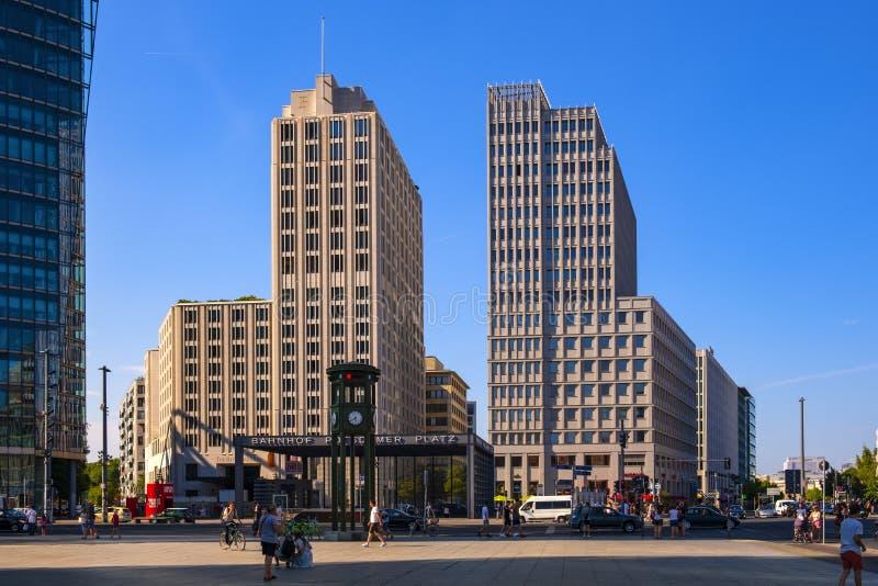 Berlin, Deutschland - Panoramablick des Quadrats Potsdamer Platz mit modernen Bürogebäuden und Eisenbahn Bahnhof Potsdamer Platz lizenzfreie stockbilder