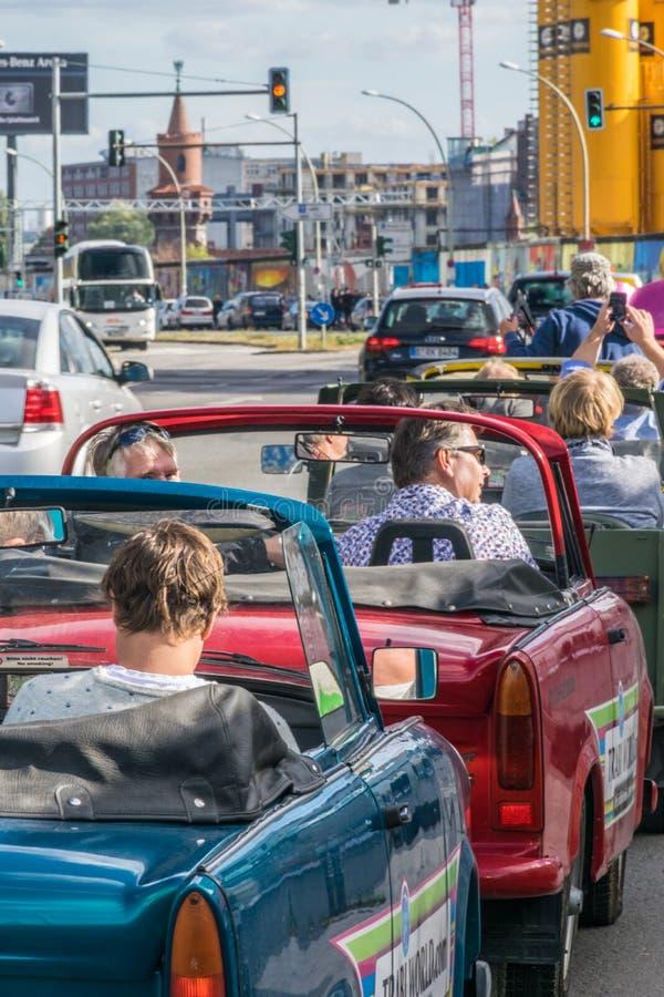 BERLIN, DEUTSCHLAND - 26. September 2018: Bunte städtische Umwelt von den Touristen, welche die Trabisafarifahrzeuge, Autos von r lizenzfreies stockbild