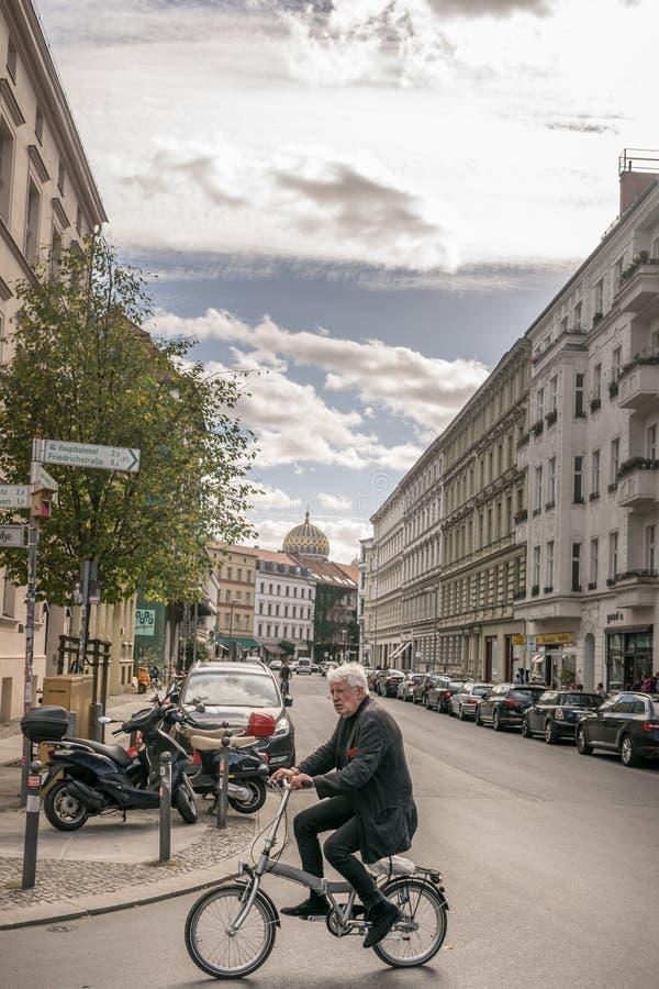 BERLIN, DEUTSCHLAND - 26. SEPTEMBER 2018: Vertikale Ansicht ein alter Mann von Berlin, der die Straße beim Fahrrad nahe fahren kr stockfotos