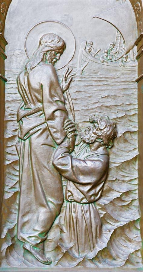 Berlin - die Bronzeentlastung von Jesus Christ gehend auf das Meerwasser und Peter, die um Hilfe von Jesus auf dem Tor von Dom bi stockbilder