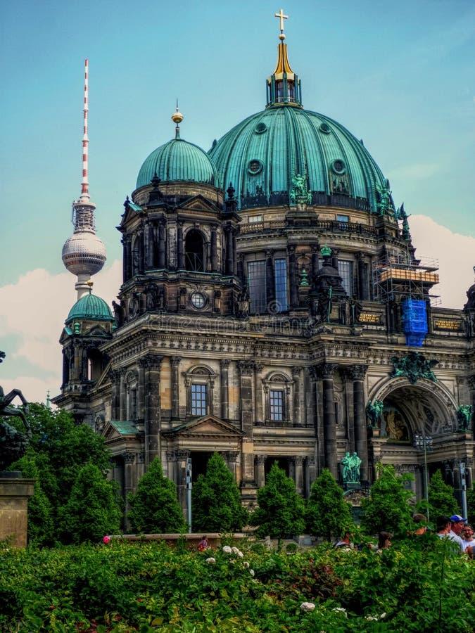 Berlin Dom Cathedral con la torre della TV nei precedenti fotografia stock libera da diritti