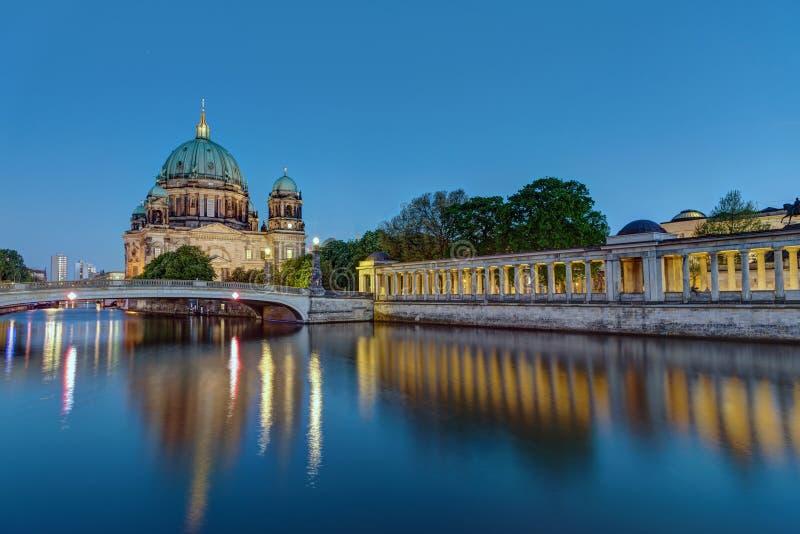 Berlin Dom en la oscuridad foto de archivo