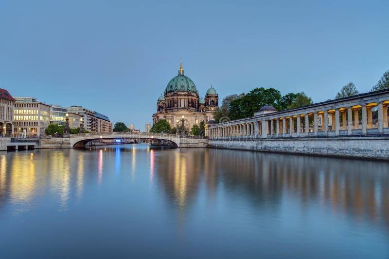 Berlin Dom y la diversión del río fotos de archivo