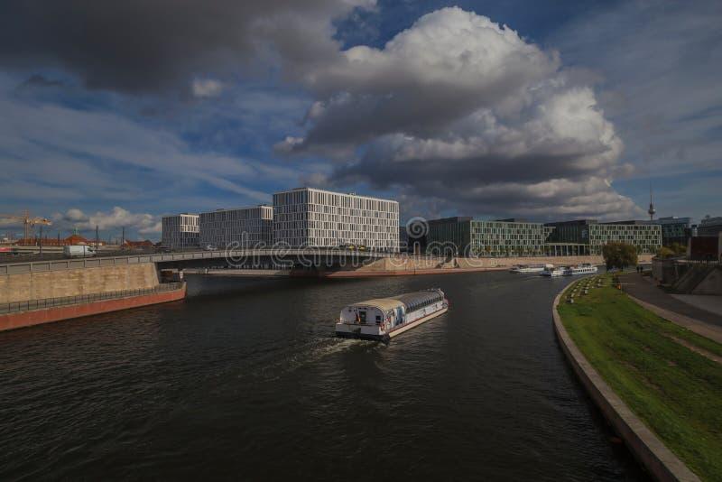 Berlin durch Sonnenschein stockfotos
