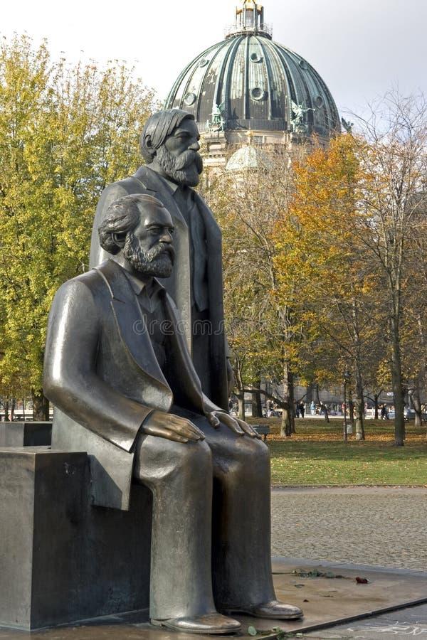 berlin engels friedrich Karl Marx arkivbilder
