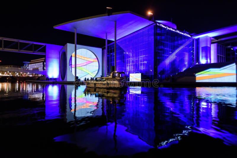 Berlin - exposition légère au-dessus des bureaux du gouvernement du centre sur la rivière de fête photo stock
