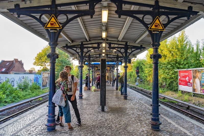 Berlin Germany 6de juli, 2018 Mening van oud weinig bahnmetro post Pankau, in Berlijn Deze post was in vroegere Ddr a royalty-vrije stock fotografie