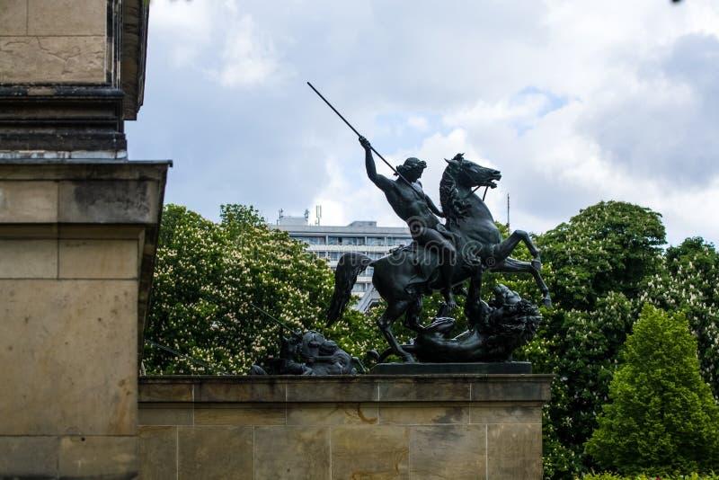 14 05 2019 berlin germany Den gamla historiska byggnaden p? stadsgator Det historiska museet med skulpturer fr?n metall p? arkivfoto