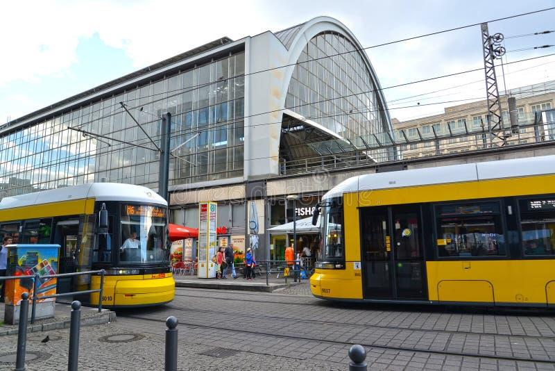 berlin Germany Dwa tramwajów nadchodzący stojak blisko staci kolejowej Berlin obrazy stock