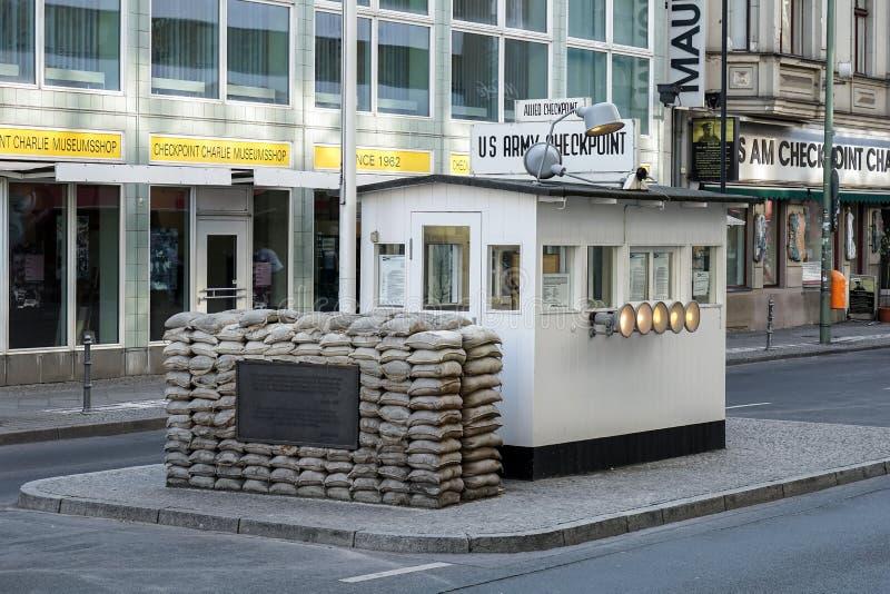 BERLIN GERMANY/EUROPE - SEPTEMBER 15: Checkpoint Charlie i är royaltyfria bilder