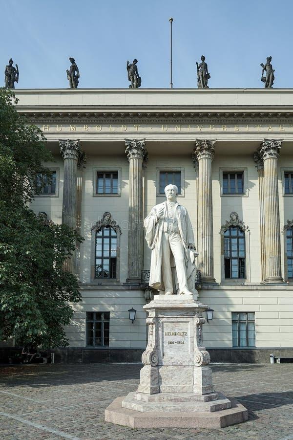 BERLIN GERMANY/EUROPE - SEPTEMBER 15: Helmholtz staty utanför royaltyfri foto