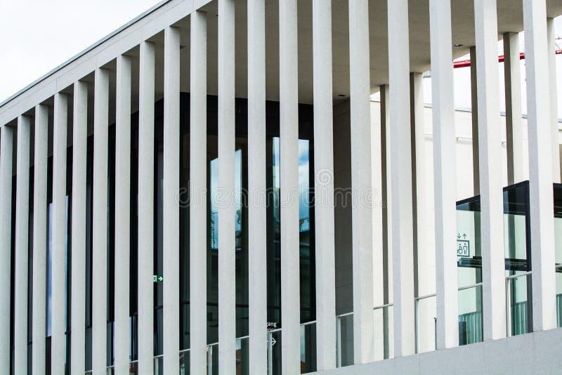 14 05 2019 berlin Germany Muzealna wyspa i sw?j muzea Turysta ulica z widokami Architektura z kolumnami obrazy stock