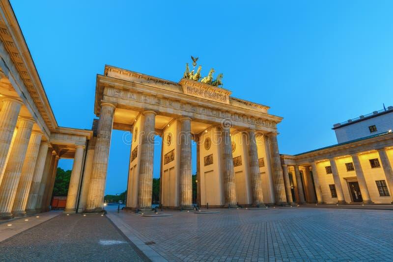 Berlin Germany-nacht bij de Poort van Brandenburg stock foto