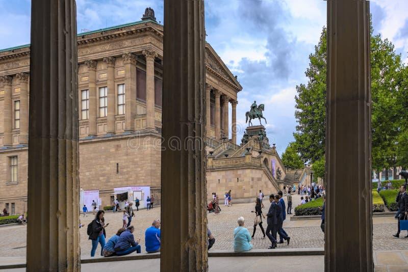 Berlin Germany opinião do 10 de julho de 2018 através dos collums da ilha de museu do museu de Pergamon de Berlim no museu para a imagens de stock royalty free