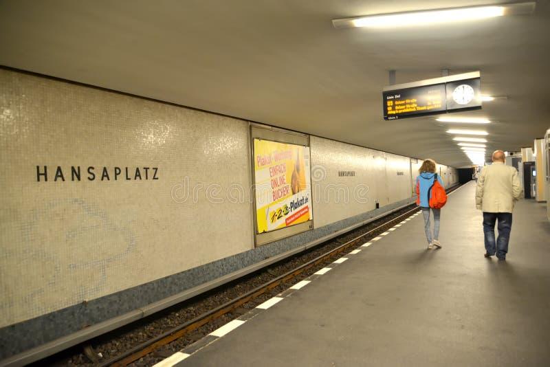 berlin Germany Pasażery przy stacją Hanzaplatz metro obrazy stock