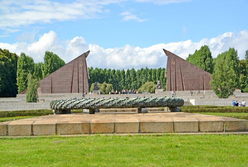 berlin Germany Puchar dla ogienia przeciw tłu portal w postaci granitowych sztandarów Radziecki militarny pomnik obrazy stock