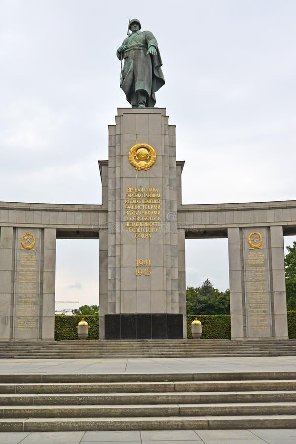 berlin germany Skulptur av den sovjetiska soldaten En minnesmärke till den stupade sovjet tjäna som soldat i Tirgarten royaltyfri foto