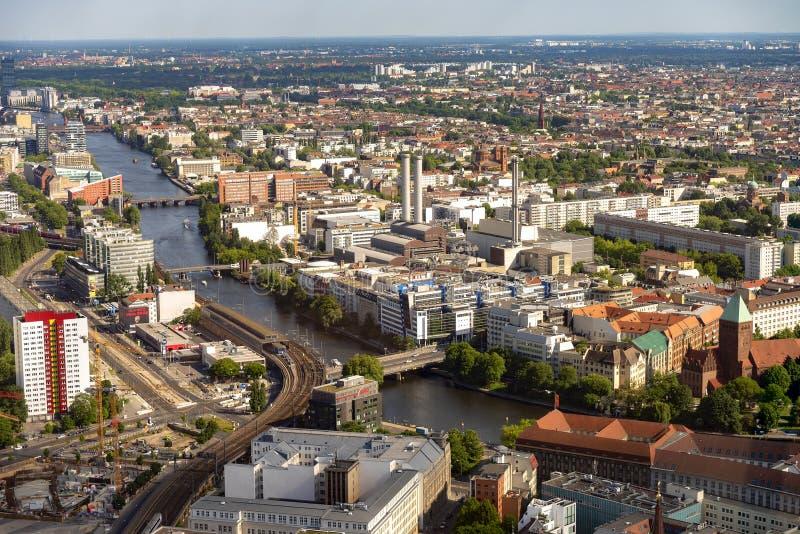 Berlin Germany View de la torre de la TV de Berlín en la línea del cielo de la ciudad, ver es la infraestructura de la ciudad, lo fotografía de archivo