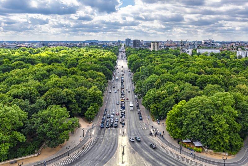Berlin Germany View från segertornet som förbiser en gata med tung trafik som leder till mitten, på båda sidor av pet fotografering för bildbyråer