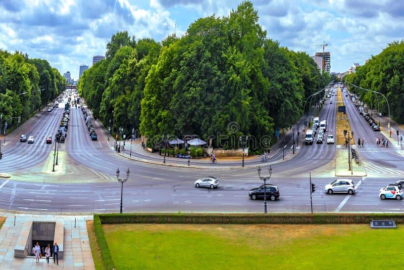 Berlin Germany View från segertornet som förbiser två gator med tung trafik som är båda leda till mitten arkivfoton
