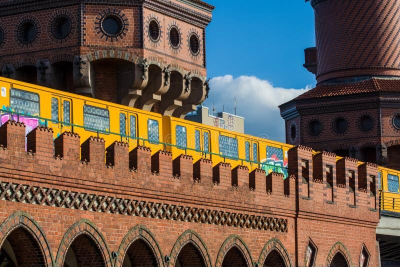 14 05 2019 berlin Germany Widok stara Warszawska brama od czerwonej cegły metro przerabiał pod przerwą zdjęcie royalty free