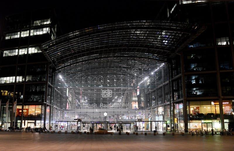 Berlin Hauptbahnhof Berlin Central Station på natten royaltyfri bild