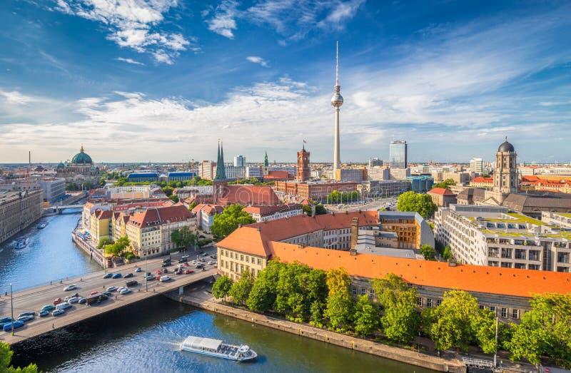 Berlin horisont med festfloden på solnedgången, Tyskland royaltyfri fotografi
