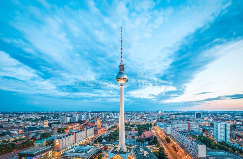 Berlin horisontpanorama med det berömda TVtornet på Alexanderplatz på natten, Tyskland royaltyfria foton
