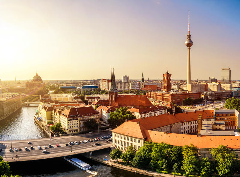 Berlin horisontsolnedgång royaltyfri foto