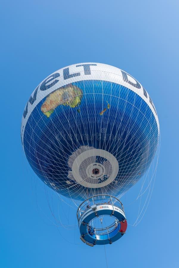BERLIN - 24. JULI 2016: Flugdienst Berlin lassen den Weltbal laufen lizenzfreie stockfotos
