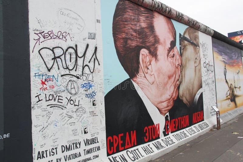 berlin kyss royaltyfria bilder