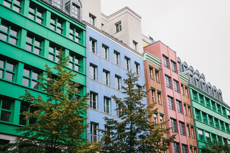 Berlin, le 1er octobre 2017 : Bâtiment résidentiel moderne coloré peu commun image libre de droits